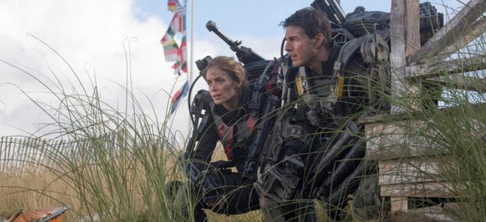 Tom Cruise e Emily Blunt devem derrotar alienígenas invasores.
