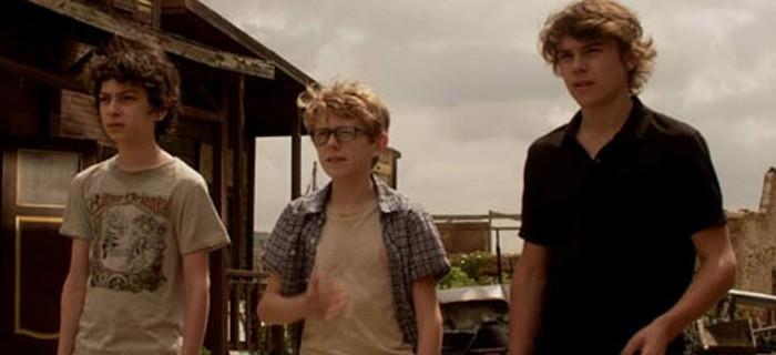 Jovens se deparam com visão aterrorizante em set de filmagens abandonado.