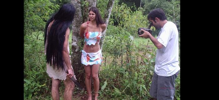 Goti Guerra, o canibal, observa sua ensangüentada vítima Edna Costa,  ambos sendo filmados por Felipe M. Guerra