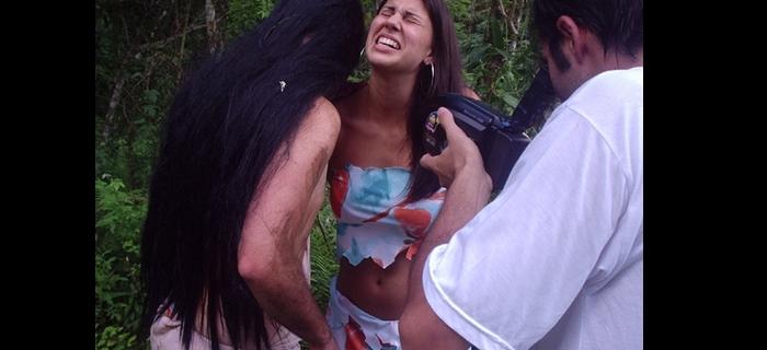 """O canibal interpretado por Rodrigo """"Goti"""" Guerra tira um naco de Edna Costa,  enquanto o diretor Felipe M. Guerra registra tudo."""