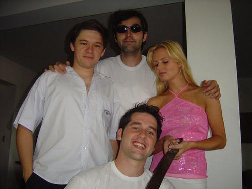 Eliseu Demari, Felipe M. Guerra, Cintia Dalposso e Rodrigo Goti Guerra (agachado) num momento das filmagens em que o pobre Eliseu é atacado pela terrível castradora de homens, Cintia.