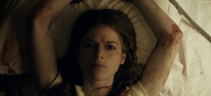 Longa marca a estreia do diretor Leigh Janiak.