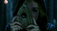Grupo de amigos desperta espírito maligno ao brincar com um antigo tabuleiro Ouija.
