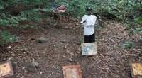 Mulher encontrou esqueleto em pé, usando roupas e com objetos arranjados ao seu redor.