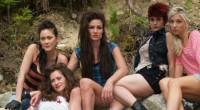 No filme, cinco amigas se reúnem em cabana na floresta, sem saber que algo espreita no escuro.
