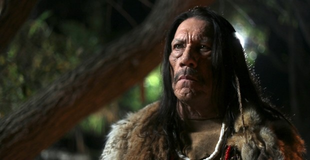 Xerife deve enfrentar uma horda de zumbis saídos de um vulcão, trazidos de volta à vida por uma maldição.