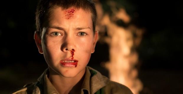 Jovem escoteiro descobre que um psicopata encheu a floresta de armadilhas e pretende matar seus companheiros.