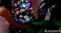 Uma mãe conta para a filha, uma das antigas tradições do Natal: deixar comida para o duende, que adora maçãs...