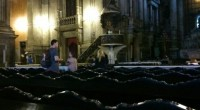 Dois infernautas nos enviaram essa imagem intrigante, que traz um vulto macabro numa igreja!