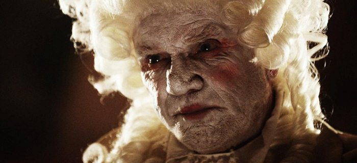 Malcolm McDowell interpreta Father Murder, proprietário do Murder World