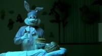 O diretor Travis Zarwny relembra a cena do coelho no hospital, por sua vez uma homenagem a O Iluminado