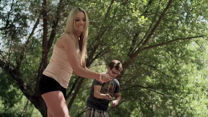 Katrina Bowden em cena do filme