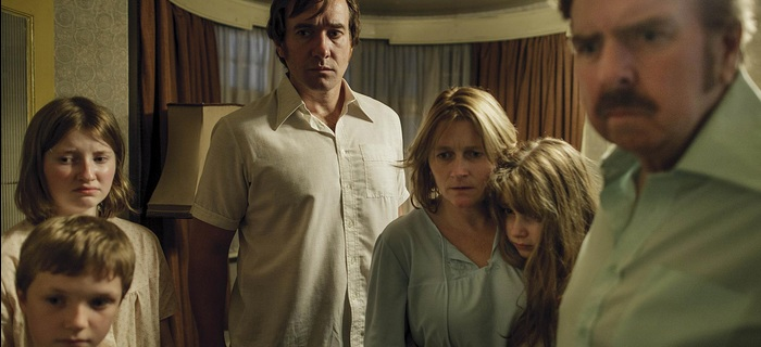 A família na minissérie The Enfield Haunting