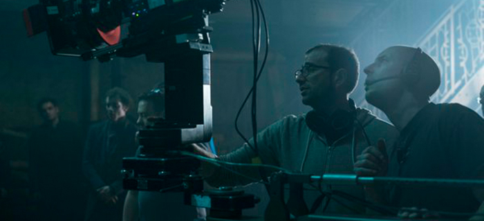 O diretor Paco Cabezas (de óculos) no set de Penny Dreadful. (Foto: Divulgação)