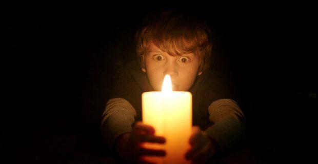 Todo mundo tem medo do escuro e é disso que ela se alimenta. A partir do dia 18 de agosto, não apague as luzes!