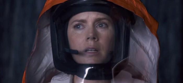 Adams interpreta a linguista e tradutora Louise Banks