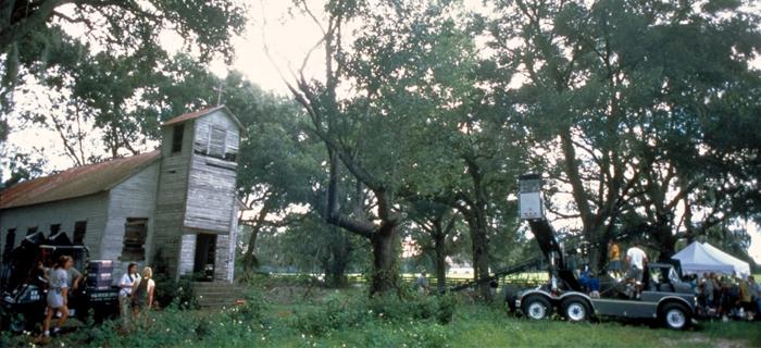Equipe de filmagem de Olhos Famintos na famosa igreja onde a criatura se esconde.