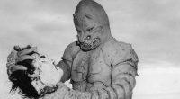 Bagaceira divertida dos anos 50 com um monstro de borracha degolando os habitantes de um pequeno vilarejo!