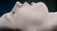 Vídeo mostra como a garota, cujo corpo é examinado por dois médicos legistas, deve ter sofrido antes de morrer