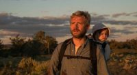 Filme acompanha um pai infectado por uma doença que busca desesperadamente por um lar para sua filha bebê