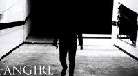 Originalmente uma websérie inspirada em slasher movies, Fangirl foi relançada em duas versões em preto e branco