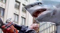 Os tubarões insanos retornam em vários formatos para mais sangue, mortes inexplicáveis e referências ao cinema fantástico!
